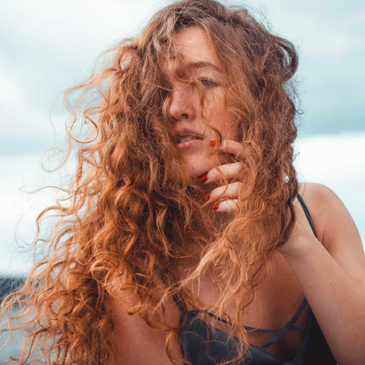 La routine cheveux de star à adopter cet été